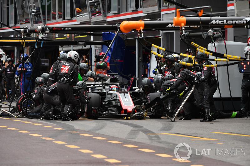 Romain Grosjean, Haas F1 Team VF-18 pit stop