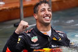 Daniel Ricciardo, Red Bull Racing, festeggia la vittoria nella piscina della Red Bull Energy Station