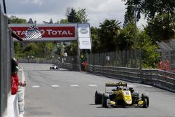 Finishvlag voor Sacha Fenestraz, Carlin Dallara F317 - Volkswagen
