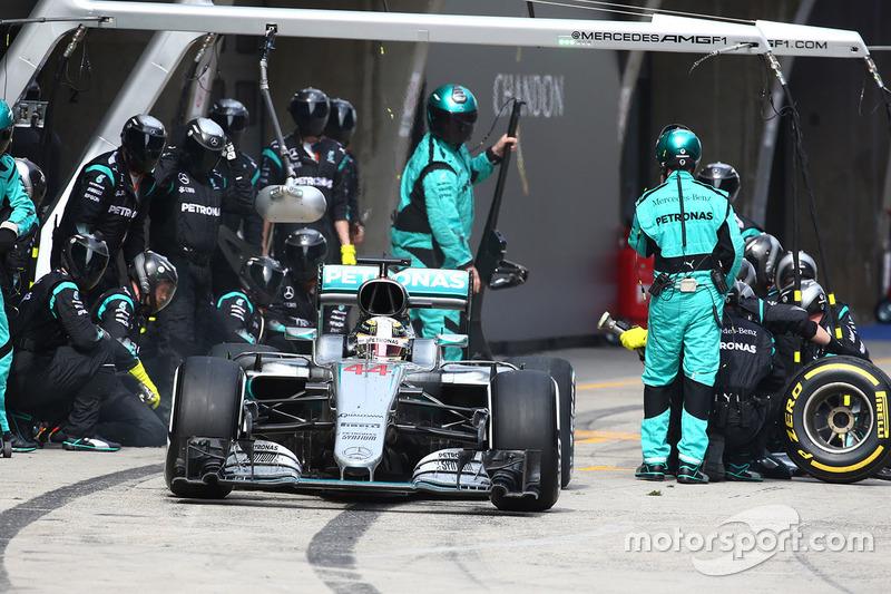 Lewis Hamilton, Mercedes AMG F1 Team W07 pit stop