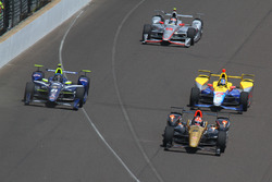 Start: James Hinchcliffe, Schmidt Peterson Motorsports Honda leads