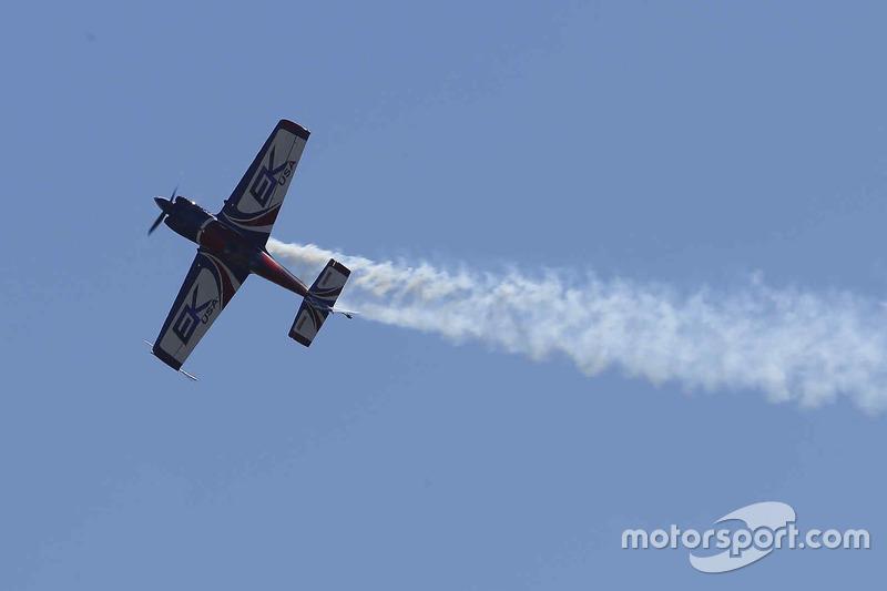 Yarış öncesi uçuş gösterisi