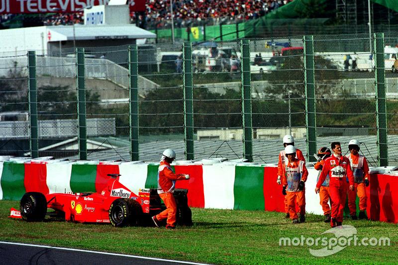 Schumacher fährt auf Rang 3 liegend über Trümmer der Kollision Takagi/Tuero ...