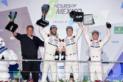 Победители гонки #1 Porsche Team Porsche 919 Hybrid: Тимо Бернхард, Марк Уэббер и Брендон Хартли