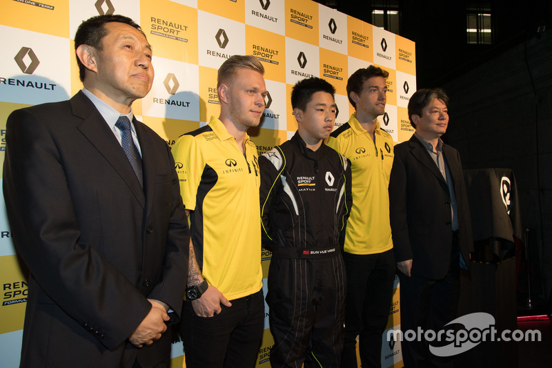 Jolyon Palmer and Kevin Magnussen, Renault Sport F1 Team with Sun Yue Yang