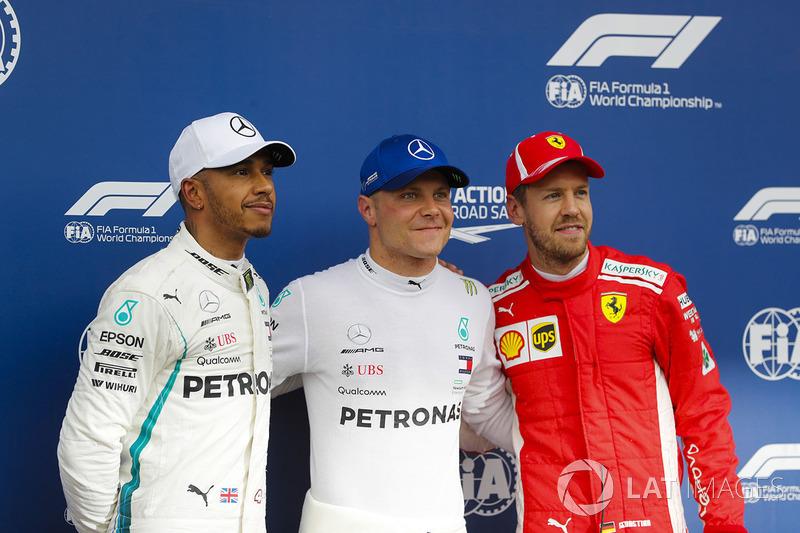 Il poleman Valtteri Bottas, Mercedes AMG F1, posa con il secondo qualificato Lewis Hamilton, Mercedes AMG F1, e il terzo qualificato Sebastian Vettel, Ferrari