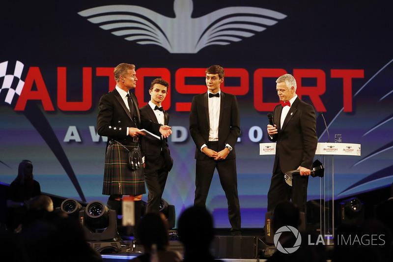 Derek Warwick, Lando Norris ve George Russell'dan ödülünü alıyor