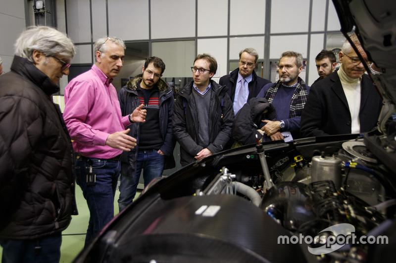 Didier Clement, Coordinatore Tecnico Sportivo, Citroen Racing, spiega la Citroen C3 WRC di Sebastien Loeb e Daniel Elena, Citroen World Rally Team