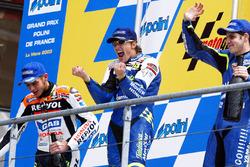 Ganador de la carrera Sete Gibernau, segundo lugar Valentino Rossi, tercer lugar Alex Barros