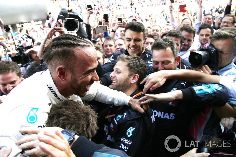 Il vincitore della gara Lewis Hamilton, Mercedes-AMG F1, festeggia nel parco chiuso