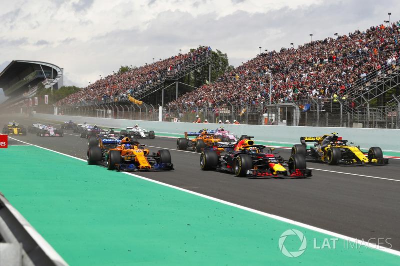 Daniel Ricciardo, Red Bull Racing RB14, Fernando Alonso, McLaren MCL33 e Carlos Sainz Jr., Renault Sport F1 Team R.S. 18. alla partenza