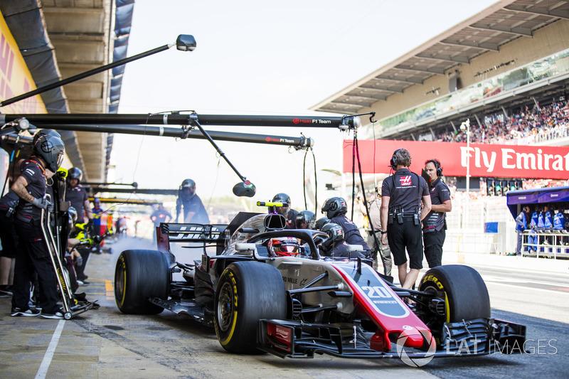 Kevin Magnussen pit stop antrenmanı yapıyor, Haas F1 Team VF-18