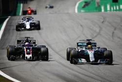 Lewis Hamilton, Mercedes AMG F1 W08, pasa a Romain Grosjean, Haas F1 Team VF-17