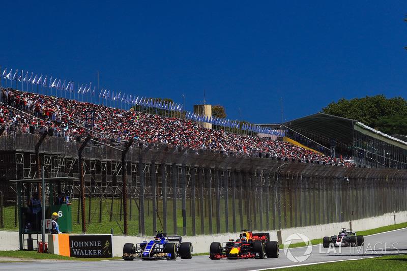 Pascal Wehrlein, Sauber C36 battles with Daniel Ricciardo, Red Bull Racing RB13