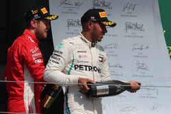 Podio: Sebastian Vettel, Ferrari y Lewis Hamilton, Mercedes AMG F1