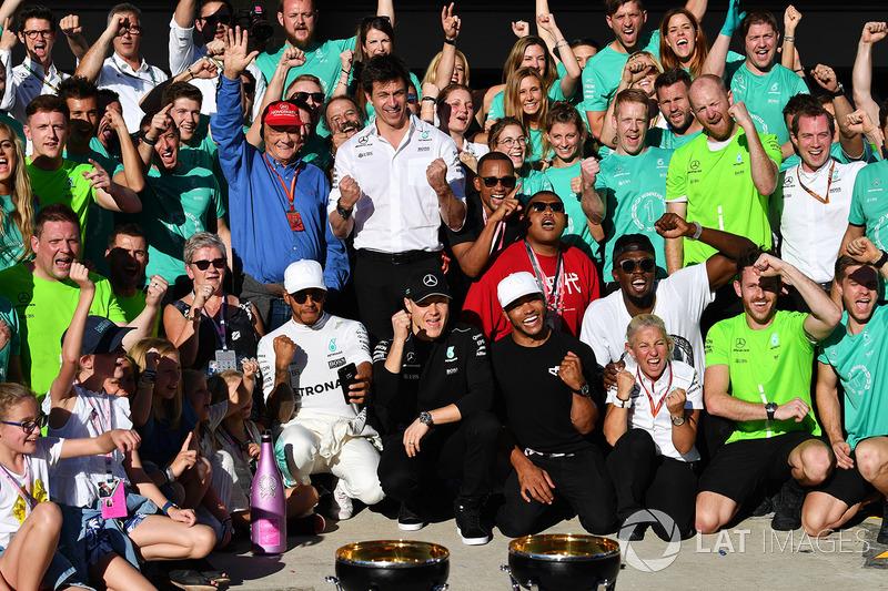 Lewis Hamilton, Mercedes AMG F1 celebra con su madre Carmen Lockhart, Valtteri Bottas, Mercedes AMG F1, y su hermano Nicolas Hamitlon