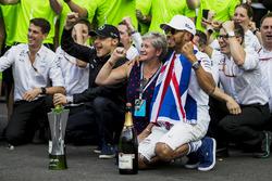 Льюіс Хемілтон, Mercedes AMG F1, мама Кармен Локхарт