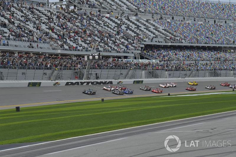 #10 Wayne Taylor Racing Cadillac DPi, P: Ренгер ван дер Занде, Джордан Тейлор, Райан Хантер-Рей на старті