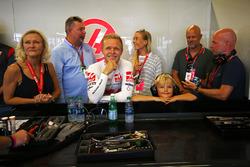 Kevin Magnussen, Haas F1 Team VF-17 con su familia y su padre Jan Magnussen