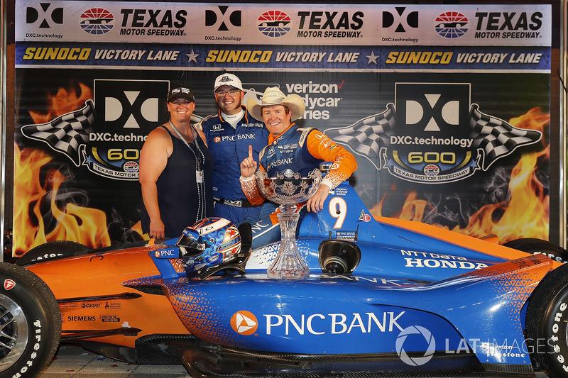 Scott Dixon, Chip Ganassi Racing Honda festeggia nella victory lane con un membro della crew