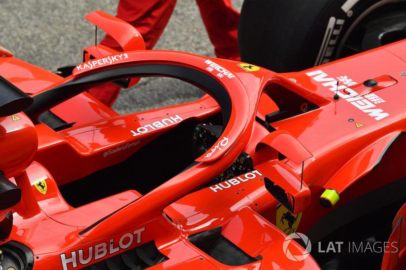 Uma foto traseira dos novos espelhos retrovisores da Ferrari e da aleta de suporte adicional.
