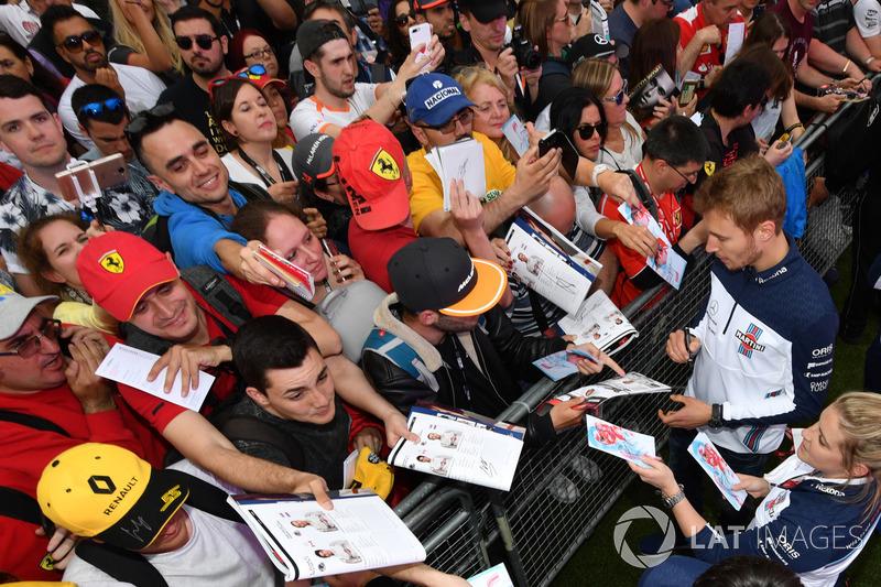 Sergey Sirotkin, Williams firma autógrafos para los fanáticos