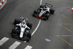 Sergey Sirotkin, Williams FW41, precede Romain Grosjean, Haas F1 Team VF-18