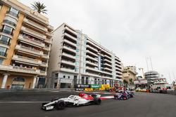 Charles Leclerc, Sauber C37, precede Brendon Hartley, Toro Rosso STR13, Romain Grosjean, Haas F1 Team VF-18, Marcus Ericsson, Sauber C37, e il resto del gruppo alla partenza