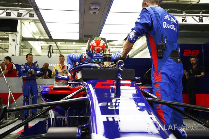 Brendon Hartley, Toro Rosso STR13 Honda, climbs into his car