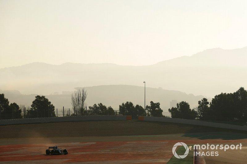 Lewis Hamilton, Mercedes-AMG F1 W10 trompea y se sale