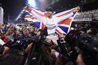 Льюіс Хемілтон (Mercedes AMG) святкує перемогу в чемпіонаті