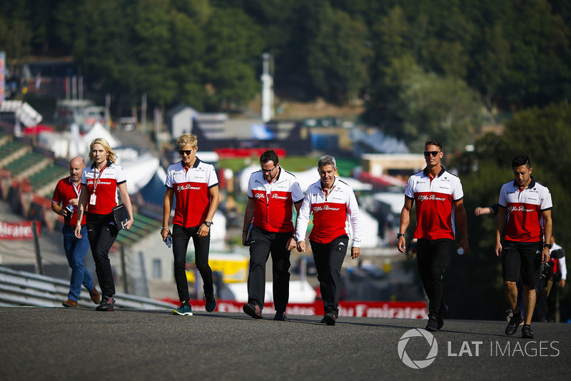 Marcus Ericsson, Sauber, conducts a track walk with colleagues
