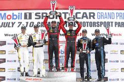 Podium: ganadores, #31 Action Express Racing Corvette DP: Eric Curran, Dane Cameron, segundos #5 Act