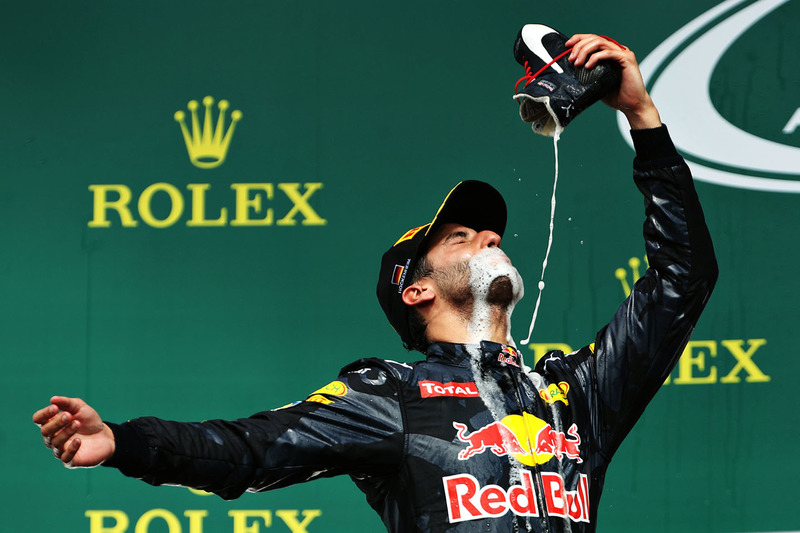 Подіум: Даніель Ріккардо, Red Bull Racing, святкує друге місе шампанським зі свого гоночного взуття