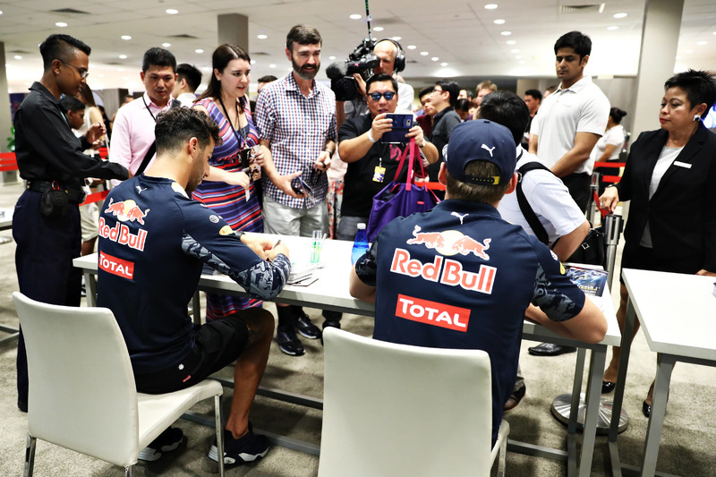 Daniel Ricciardo, Red Bull Racing and Max Verstappen, Red Bull Racing signs autographs