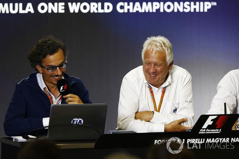 Laurent Mekies, Director de carrera adjunta de F1, FIA, Charlie Whiting, Director de carrera de la FIA y Matteo Bonciani, jefe de comunicaciones de la FIA y delegado de medios de comunicación, sede de una conferencia de prensa sobre la introducción del hal