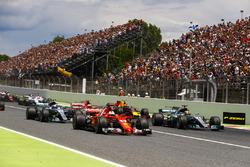 Sebastian Vettel, Ferrari SF70H, Lewis Hamilton, Mercedes AMG F1 W08, au départ