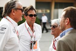 Mansoir Ojjeh, CEO de TAG, con Bernie Ecclestone, Presidente de Honorario de fórmula 1 y los huéspedes