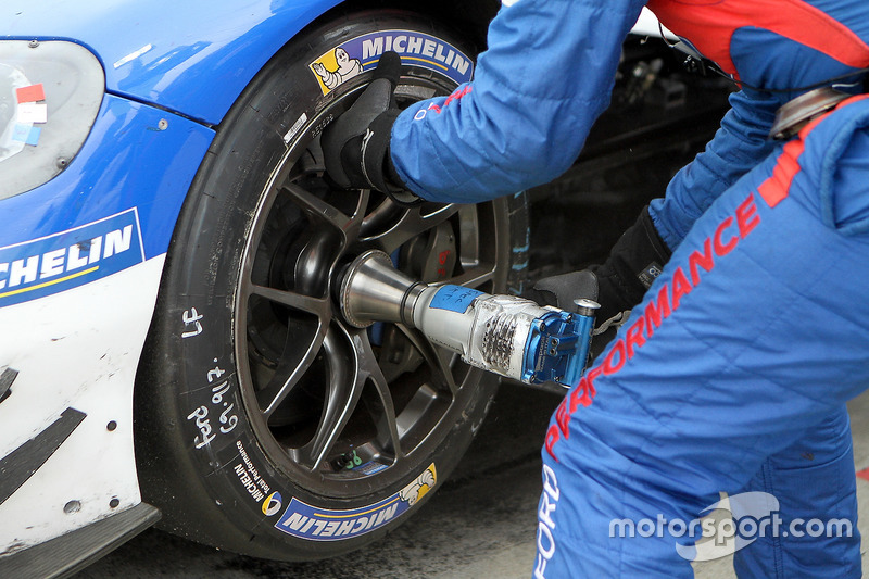 #69 Ford Performance Chip Ganassi Racing Ford GT: Andy Priaulx, Harry Tincknell, Tony Kanaan, pit ac