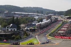 George Russell, ART Grand Prix, leads Nirei Fukuzumi, ART Grand Prix, Arjun Maini, Jenzer Motorsport, the rest of the field at the start of the race