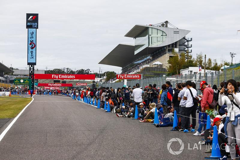 Desde cedo, os fãs fizeram longas filas para entrar no paddock de Suzuka.
