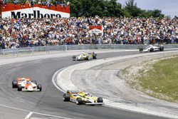 Alain Prost, Renault RE30 leads John Watson, McLaren MP4/1 Ford, Réne Arnoux, Renault RE30, Nelson P