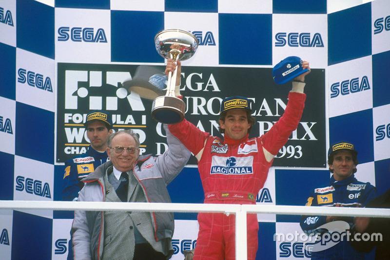 Podium : le vainqueur Ayrton Senna, McLaren MP4/8 Ford, le second Damon Hill, Williams FW15C Renault, le troisième Alain Prost, Williams FW15C Renault