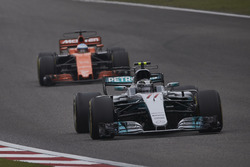 Valtteri Bottas, Mercedes AMG F1 W08, leads Fernando Alonso, McLaren MCL32