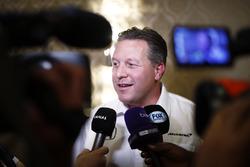 Зак Браун, виконавчий диреткор McLaren Technology Group, спілкується з медіа після оголошення про виступ Фернандо Алонсо в Інді- 500 2017 року за кермом боліду McLaren Honda команди  Andretti Autosport