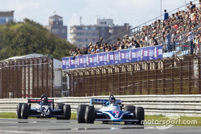 Mister John of B met de Ligier JS17 rijdt voor Vincent Rivet achter het stuur van de March 811
