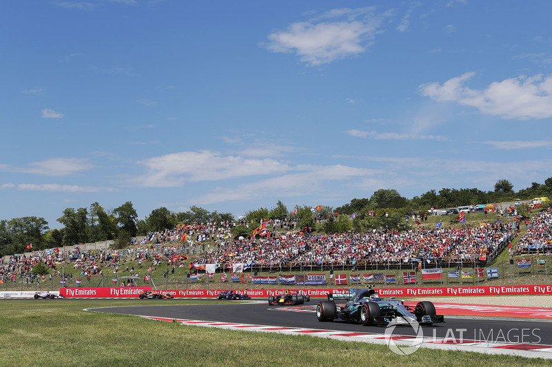 Valtteri Bottas, Mercedes AMG F1 W08, Max Verstappen, Red Bull Racing RB13, Lewis Hamilton, Mercedes AMG F1 W08, Carlos Sainz Jr., Scuderia Toro Rosso STR12 y Fernando Alonso, McLaren MCL32 al inicio