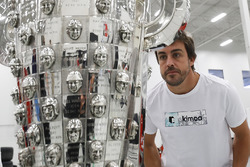 Fernando Alonso with the Borg-Warner trophy