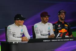 Valtteri Bottas, Mercedes AMG F1, Lewis Hamilton, Mercedes AMG F1 and Daniel Ricciardo, Red Bull Rac
