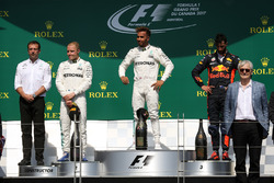 Valtteri Bottas, Mercedes AMG F1, Loic Serra, Mercedes AMG F1, Lewis Hamilton, Mercedes AMG F1 y Daniel Ricciardo, Red Bull Racing